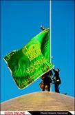 تعویض پرچم گنبد حرم مطهر امام رضا(ع)