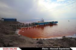 آب دریاچه ارومیه قرمز شد