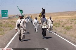 زائران پیاده رضوی از کشور عراق و عتبات عالیات در ۶۰ کیلومتری مشهد: گزارش تصویری