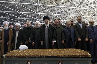 فیلم/ اقامه نماز بر پیکر آیتالله هاشمی رفسنجانی توسط رهبر معظم انقلاب