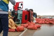 خودروی کامیون حامل سیب زمینی در محور آشخانه- بجنورد واژگون شد