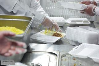 توزیع غذای متبرک توسط خدام بارگاه منور رضوی در جاده های منتهی به مشهدالرضا