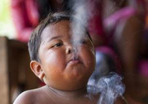 کودک ۲ سالهای که روزی ۴۰ نخ سیگار میکشید