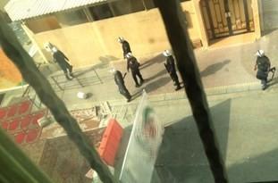 فیلم/ اولین فیلم از یورش نیروهای امنیتی آل خلیفه به داخل منزل شیخ عیسی قاسم