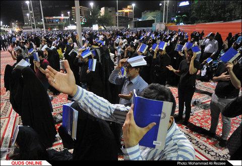 مراسم احیای شب قدر در اطراف حرم مطهر رضوی/گزارش تصویری