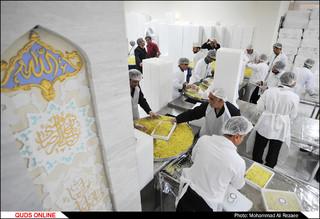 آماده سازی غذای متبرک مهمانسرای حضرت رضا (ع)