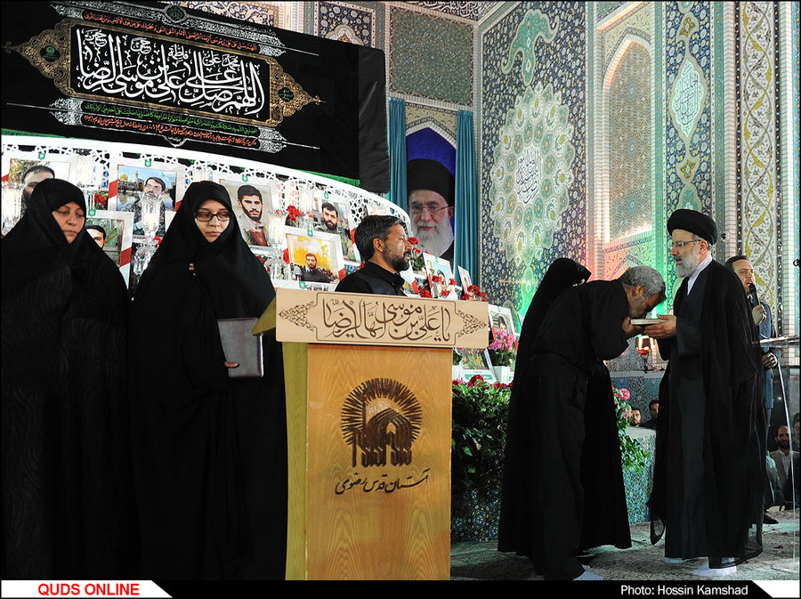 مراسم تجلیل از خانواده شهیدان «حججی» و «مشلب» در حرم رضوی برگزار شد/ گزارش تصویری