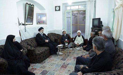 دیدار حجت الاسلام رئیسی با خانواده شهیدان بذرافکن