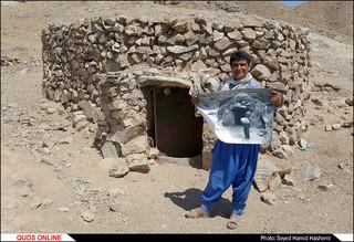 حسن در سن 26 سالگی و جلوی خانه زادگاهش در روستای بوبک . محلی که 21 سال پیش درهمین صحنه از او عکاسی کردم .