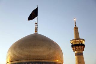 پرچم عزای حسینی در حرم رضوی به اهتزاز درآمد