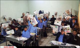 معلمی که دانش آموزانش را روزنامه کرده است