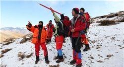 تجسس تیمهای امدادی و کوهنورد تا ارتفاع ۳ هزار متری/ وزش باد شدید عملیات را کند کرد/ بالگردها بازگشتند