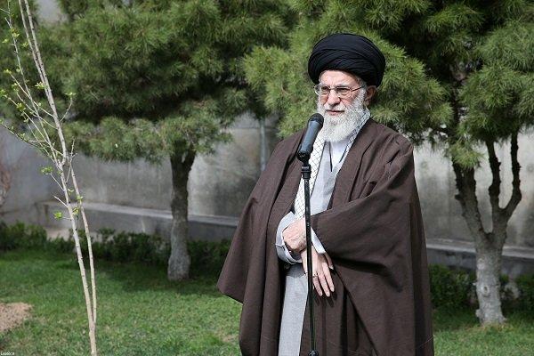 رهبر انقلاب پس از غرس دو اصله نهال