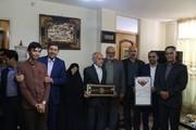 اهدای «بازوبند مهربانی، همزبانی و قهرمانی» آستان قدس رضوی به خانواده شهیدان اصفهانی