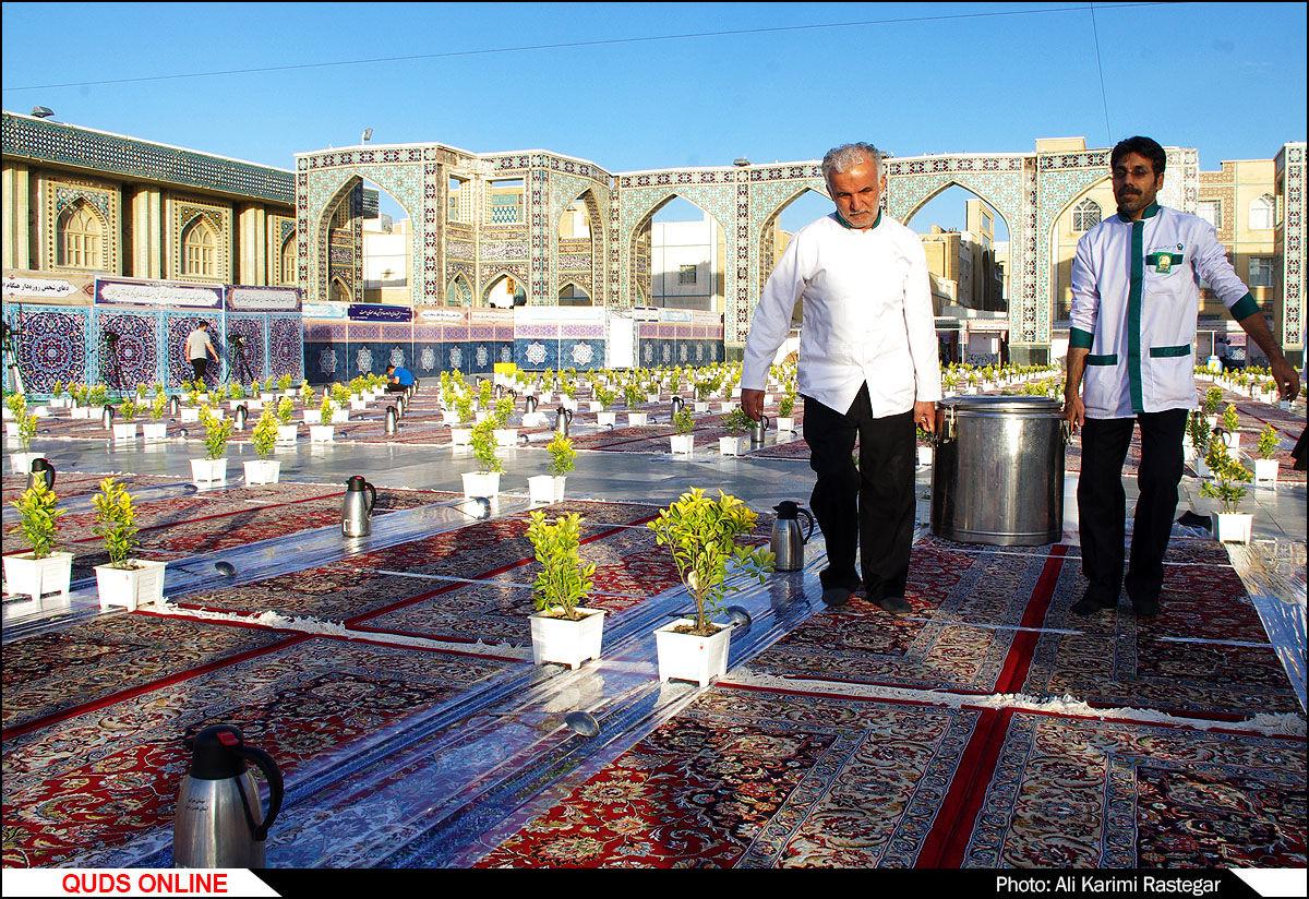 سفرههای اکرام در حرم مطهر رضوی/گزارش تصویری