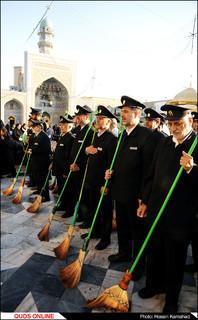 آئین جاروکشی دربانان حرم مطهر رضوی /گزارش تصویری