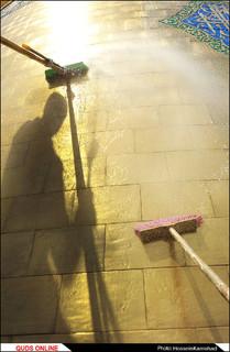 شستشوی گنبد منور رضوی در آستانه میلاد امام رضا(ع)/گزارش تصویری