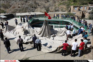 """مراسم آیینی خیمه پوشان """"برپایی چادر تکیه"""" در روستای پیوه ژن نیشابور"""