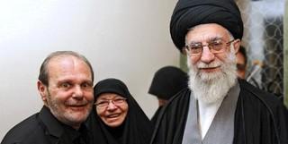 """تصویر یادگاری از دیدار پدر و مادر شهید """"مغنیه"""" با رهبر انقلاب"""
