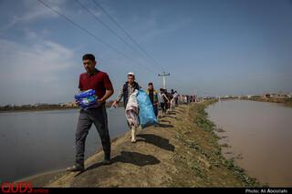 تلاش مردم برای جلوگیری از ورود سیلاب به روستا «یامپی»