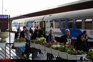 ورود زائران نوروزی مشهد در راه آهن مشهد