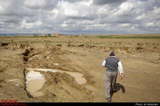 یکی از مسیل های قدیمی روستا که به دلیل طوفان های شن پر شده بود، با جاری شدن سیل، کانال عمیقی ایجاد شده است.