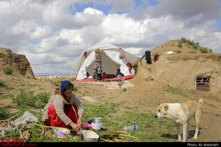خانواده 5 نفره که اهل روستای چاله زرد سرخس، که به علت تخریب منزل مسکونی، در چادر هلال احمر اسکان دارند.