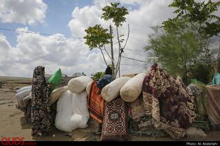 مردم روستا در حال شست و شوی پتو و فرش های منازل خود هستند.