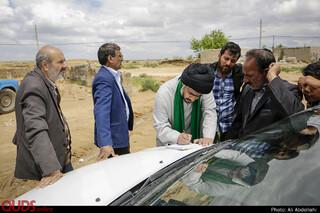 حاج آقای صفدری، روحانی روستا چاله زرد، با همکاری خیرین از ابتدای وقوع سیل اقدام به کمک رسانی به سیل زدگان هستند.