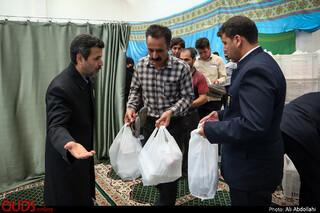 توزیع غذا متبرک مهمانسرای امام رضا علیه السلام در حاشیه شهر