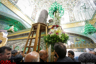 مراسم تعویض گلهای ضریح مطهر امام رضا علیه السلام
