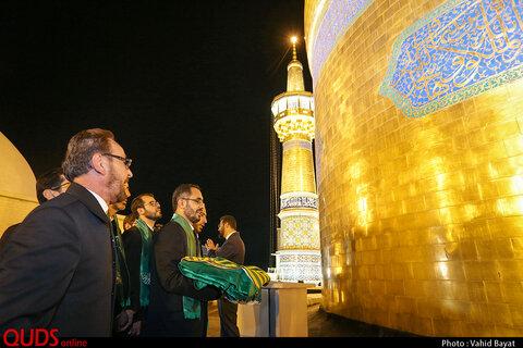 مراسم تعویض پرچم گنبد حرم امام رضا علیه السلام