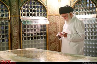 غبارروبی مضجع مطهر حضرت امام رضا علیهالسلام توسط مقام معظم رهبری