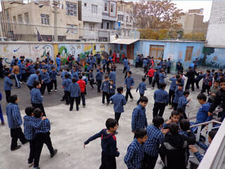 حیاط مدرسه - دانش آموزان