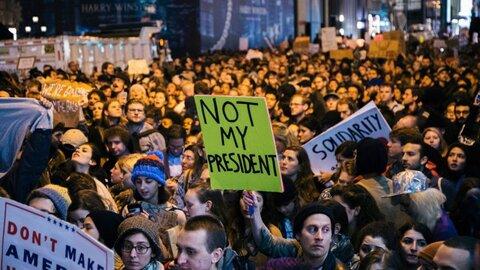 تظاهرات در نیویورک در اعتراض به تبرئه ترامپ در سنای آمریکا