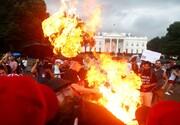 پرچم آمریکا بیرون کاخ سفید به آتش کشیده شد