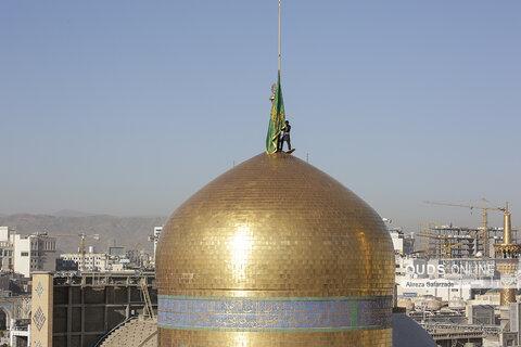 آیین تعویض پرچم گنبد حرم مطهر امام رضا علیه السلام
